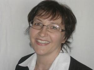 Brigitte Pons, lila-weinrot